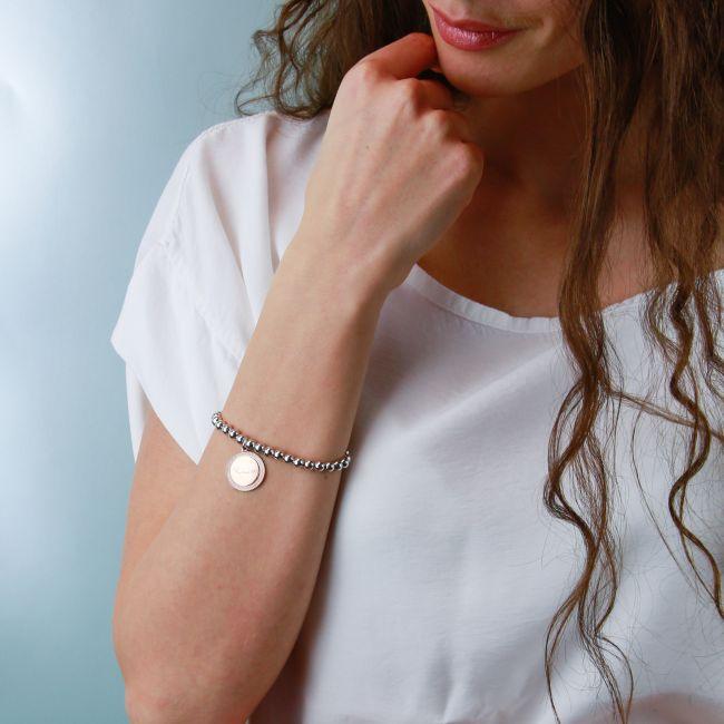 Stretch bracelet with round-shaped pendant